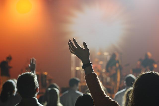 posluchači koncertu.jpg