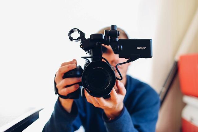 muž s kamerou sony