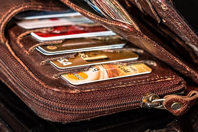 platební karty v peněžence