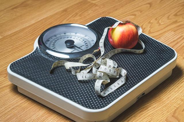 váha, metr a jablko