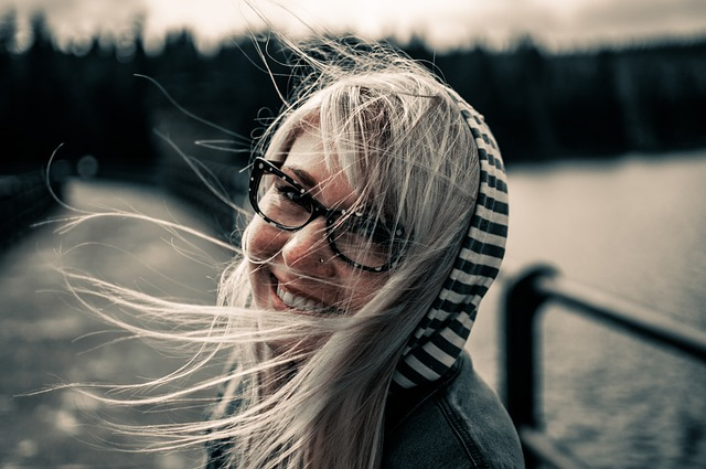 veselá blondýnka