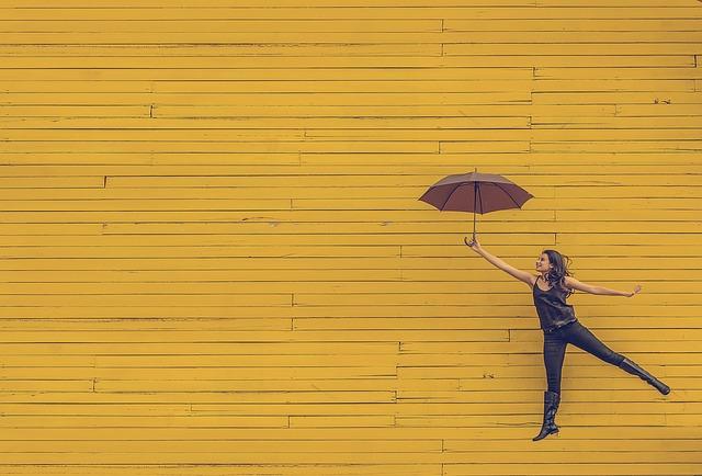 žena a deštník